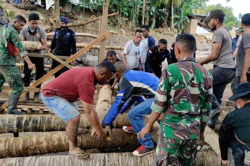 Anggota Polri-TNI siapkan dapur umum & jembatan darurat di Adonara Timur