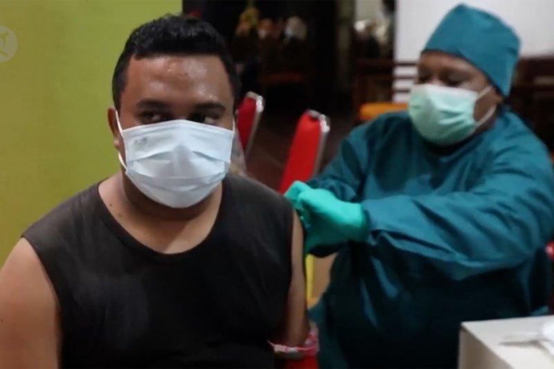 Proses vaksinasi lansia di Cirebon hingga imunisasi COVID-19 di Papua