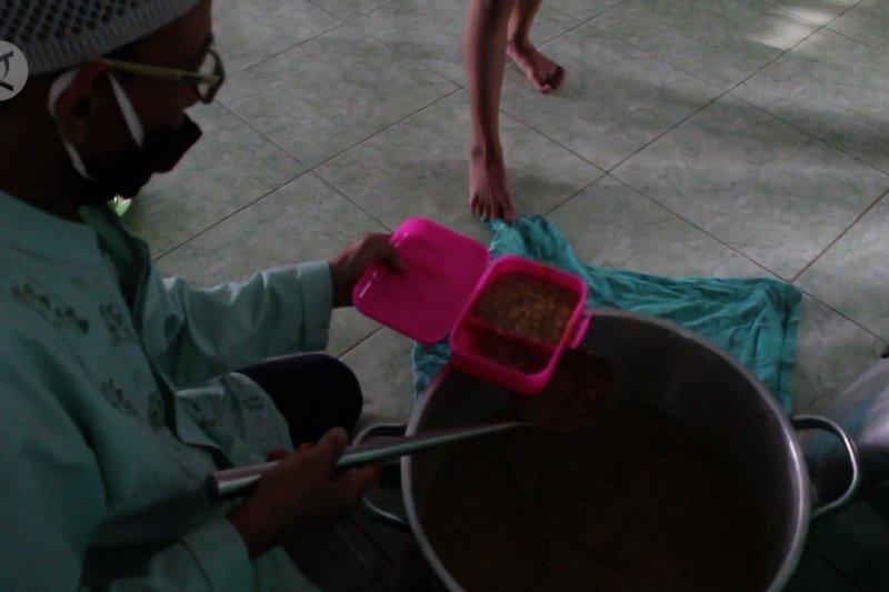 Tradisi bagi-bagi bubur suro di Masjid Al Mahmudiyah Palembang