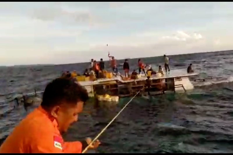 Tim BPBD Taliabu berhasil evakuasi kapal KM Anugrah Saputra