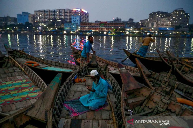 Suasana Ramadhan di tepi Sungai Buriganga, Bangladesh