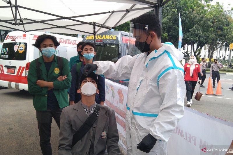 Peserta aksi buruh ikuti tes usap antigen