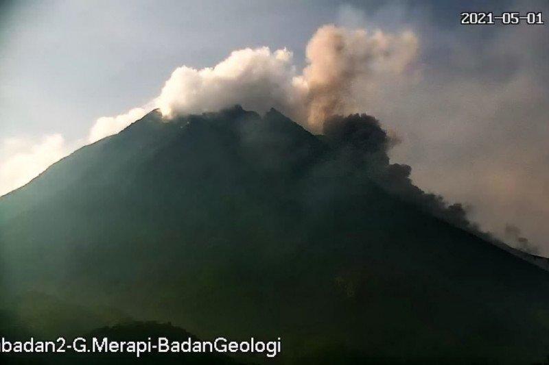 Gunung Merapi luncurkan tiga kali awan panas hingga 1,7 km