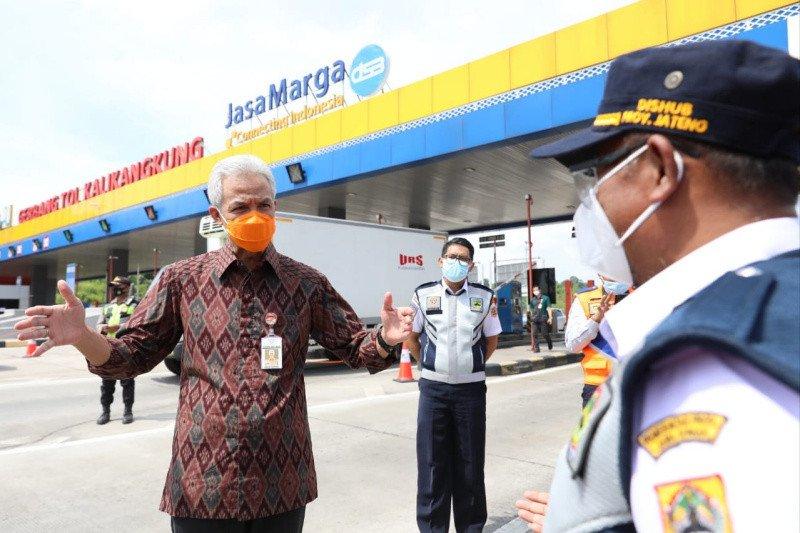 Ganjar Pranowo pantau penyekatan pemudik di Gerbang Tol Kalikangkung
