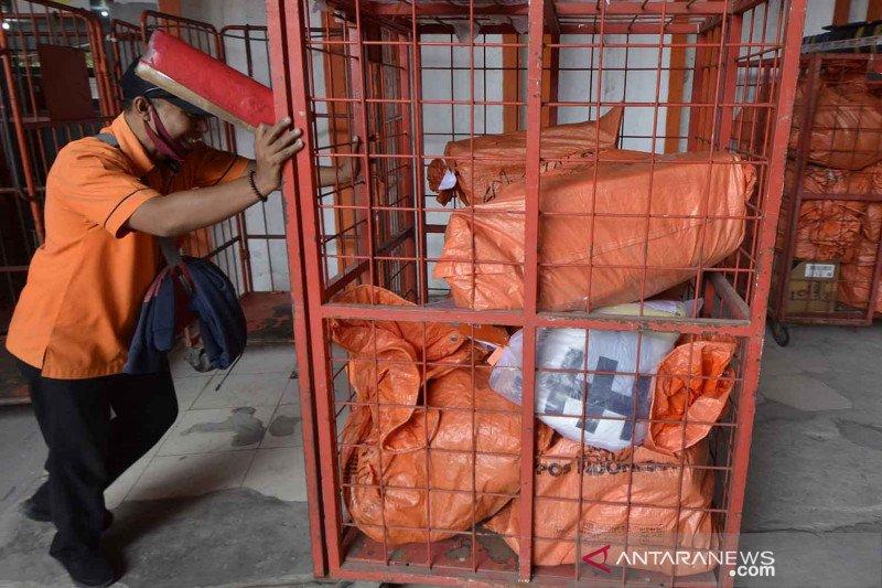 Pengiriman paket melalui kantor pos
