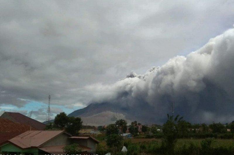 Gunung Sinabung erupsi luncuran awan panas teramati jarak 1.500 meter