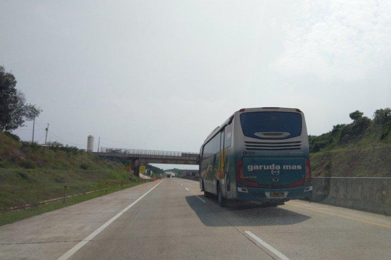 Kendaran penumpang masih melintas di Tol Trans Jawa-Pantura
