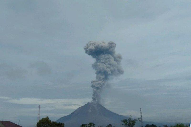 Gunung Sinabung erupsi, semburkan abu vulkanik setinggi 2.800 meter