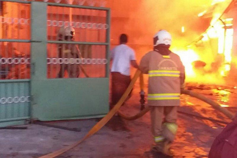 Ditinggal mudik, dua gudang plastik terbakar di Cakung
