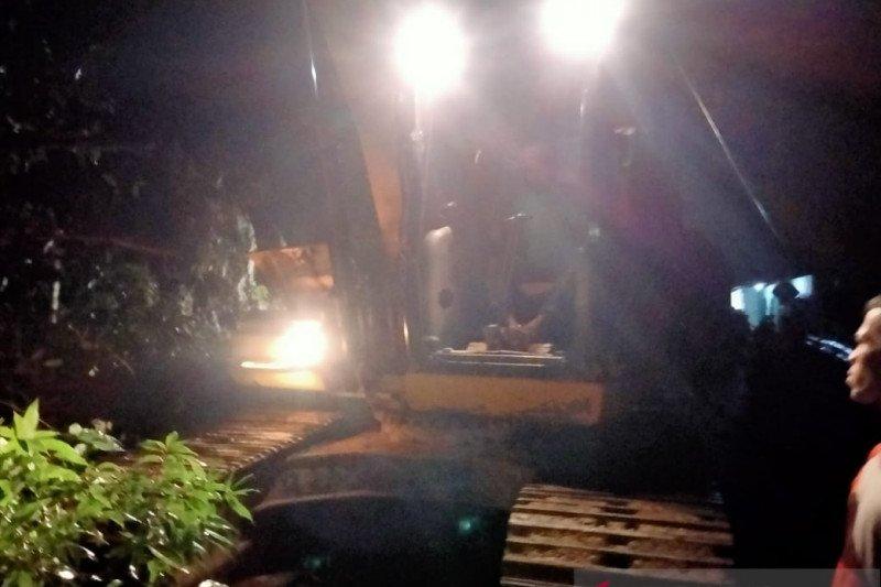 Jalan lintas barat Riau-Sumbar putus akibat longsor