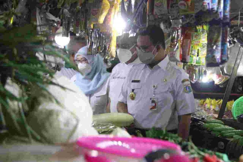 Anies tinjau tiga pasar pastikan harga pangan stabil dan prokes baik