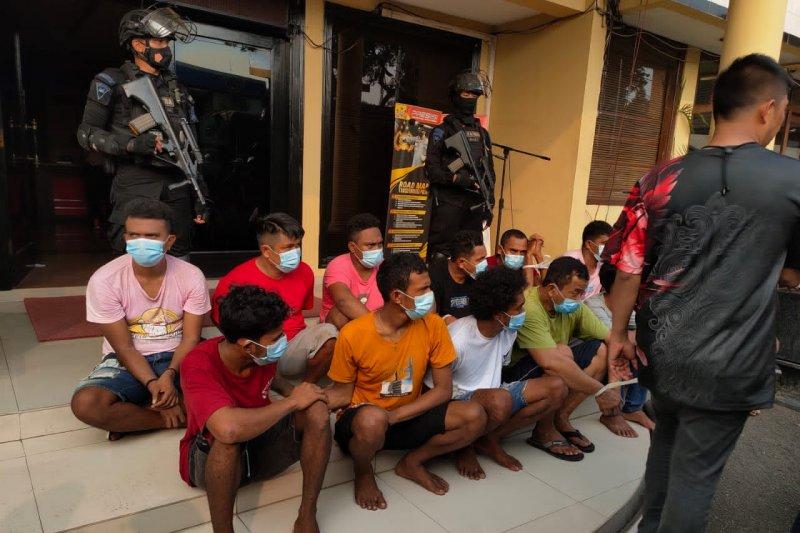 Polisi temukan pesawat nirawak dan senapan saat merazia Kampung Ambon