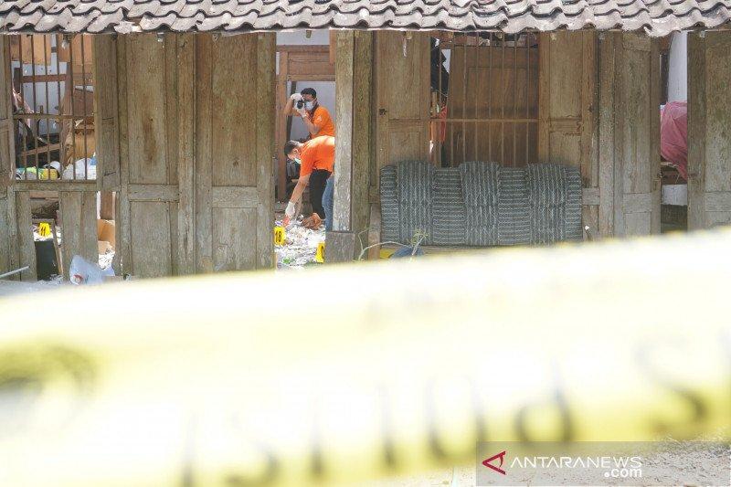 Polisi olah TKP ledakan petasan yang tewaskan 2 remaja di Tulungagung