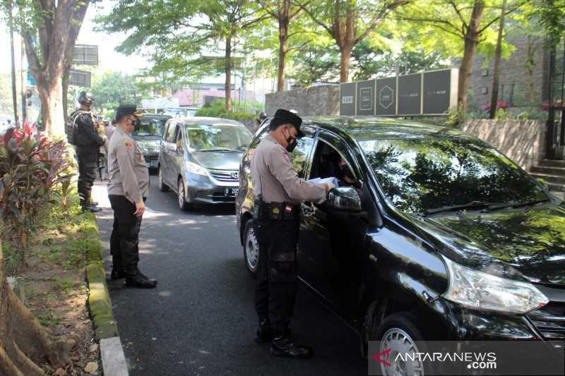 Petugas gabungan Solo suruh ratusan pengemudi kendaraan balik kanan