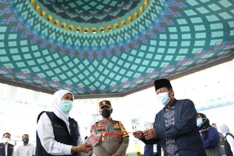 Khofifah terima kartu tanda masuk shalat idul fitri di Masjid Al Akbar