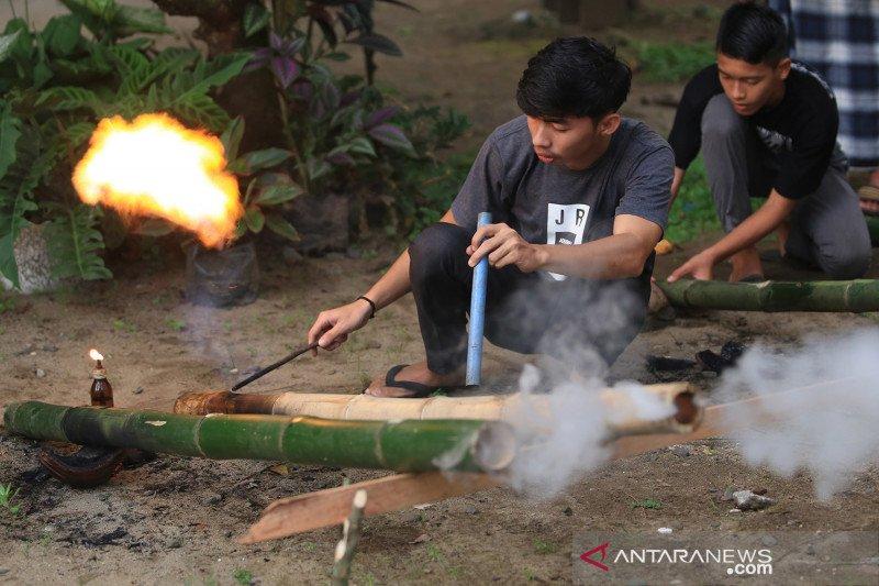 Tradisi menyalakan meriam bambu jelang lebaran di Aceh