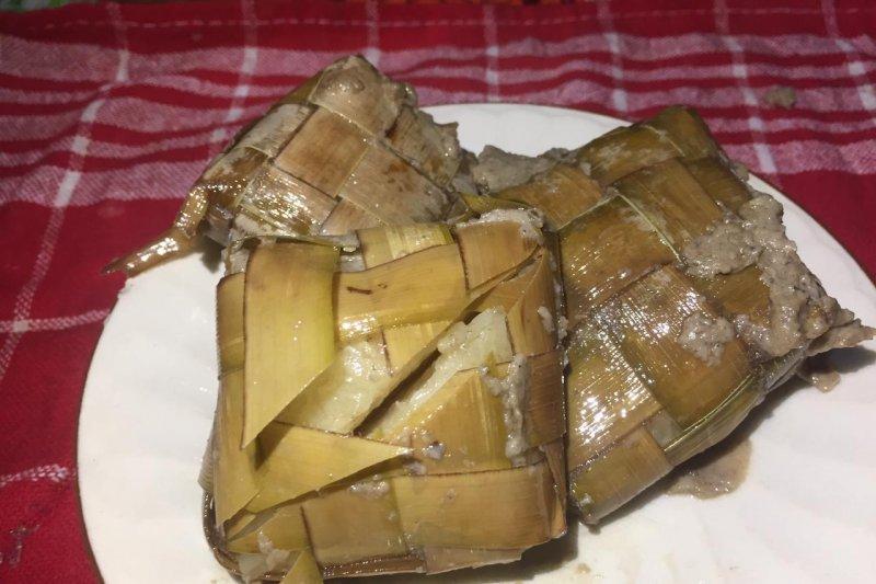 Ketupat lemak jadi menu wajib lebaran di Kubu Raya