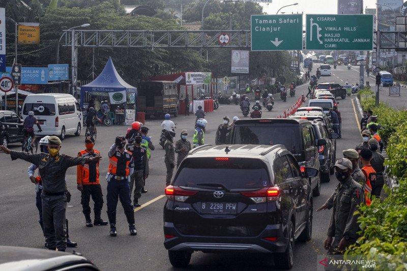 Penyekatan kendaraan di jalur wisata Puncak Bogor