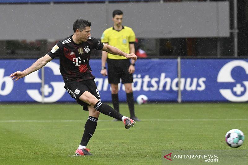 Lewandowski samai rekor Gerd Mueller kendati Bayern diimbangi Freiburg
