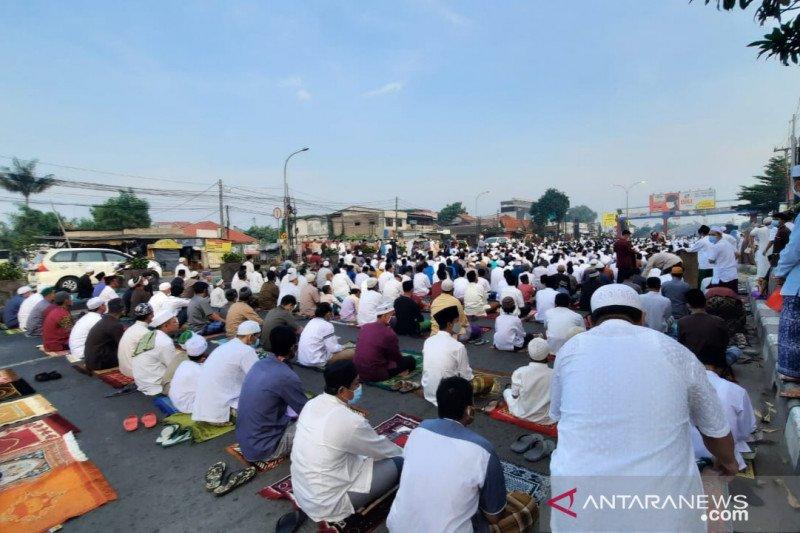 Foto viral jamaah shalat id di Bekasi, Pemkot: Prokes dijalankan