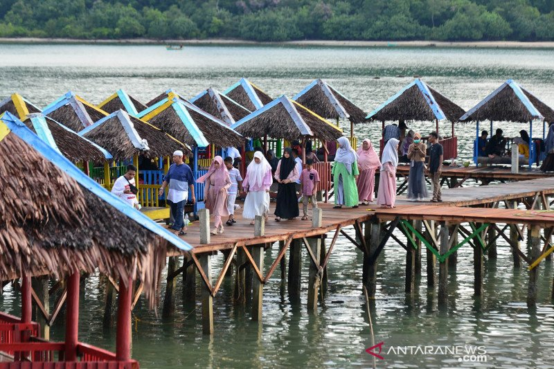Wisatawan dan pengelola pantai wisata di Aceh abaikan prokes COVID-19