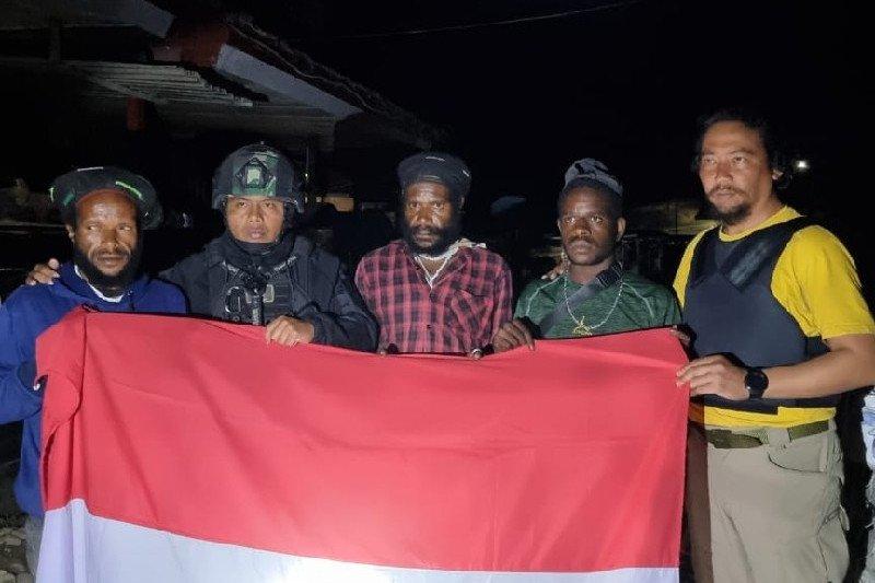 Tiga anak buah Lekagak Telenggen menyerahkan diri ke Yonif 715 MTL
