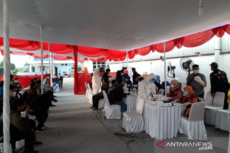 Pemudik arus balik Lebaran 2021 positif COVID-19 di pos pantura Bekasi