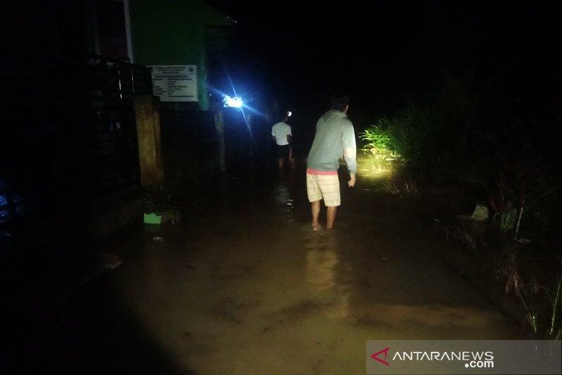 Sungai meluap, banjir putuskan jalan provinsi di Mukomuko-Bengkulu
