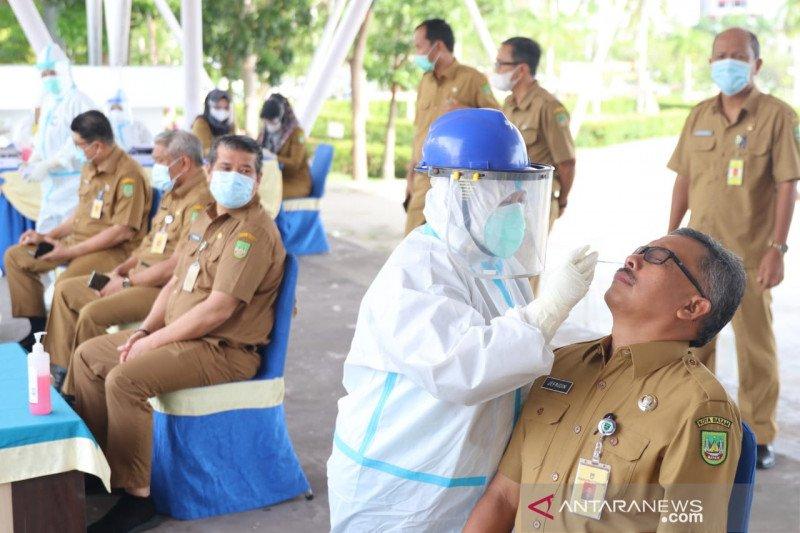 Pegawai Pemerintah Kota Batam jalani tes COVID-19 usai libur Lebaran