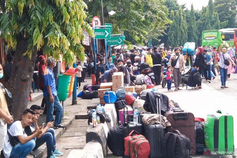 Petugas gabungan minta pemudik terapkan prokes di Terminal Kalideres