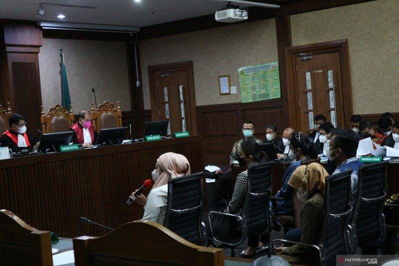 Istri dan tiga sespri Edhy Prabowo hadir sebagai saksi dalam sidang