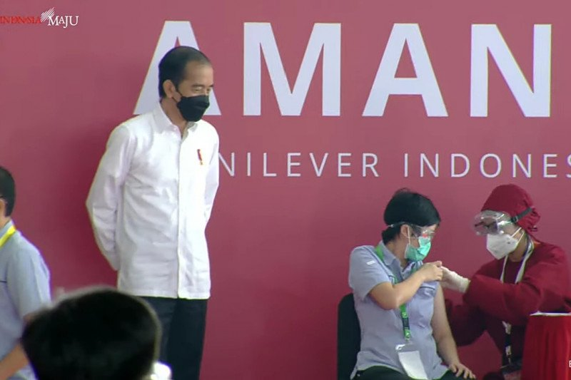 Presiden tinjau pelaksanaan vaksinasi COVID-19 pada pekerja di Bekasi