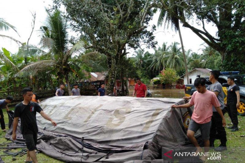 Polisi di Mukomuko pasang tenda pengungsi korban banjir