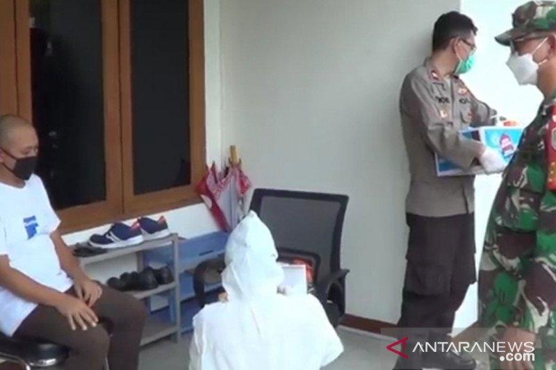 Petugas gabungan adakan tes COVID-19 di rumah pemudik di Tebet