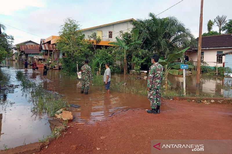 Banjir genangi jalan nasional Kalis-Putussibau