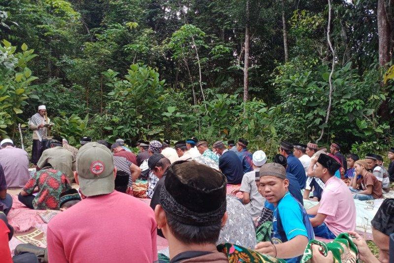 Korban banjir di Semerantau Kapuas Hulu Shalat Jumat di lapangan