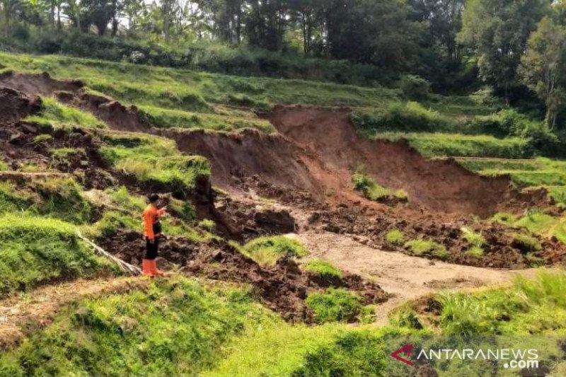 Warga Kampung Cirawa Cibeber Cianjur diungsikan hindari longsor