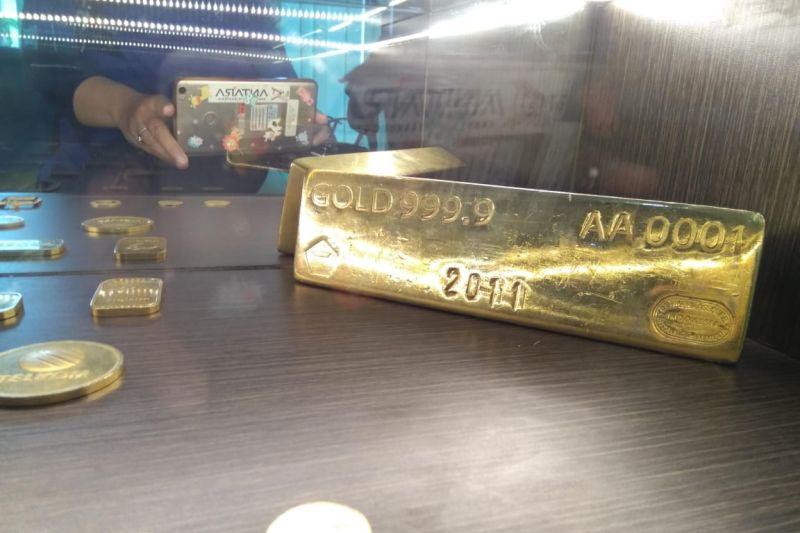 Emas turun tertekan penguatan dolar, spekulasi