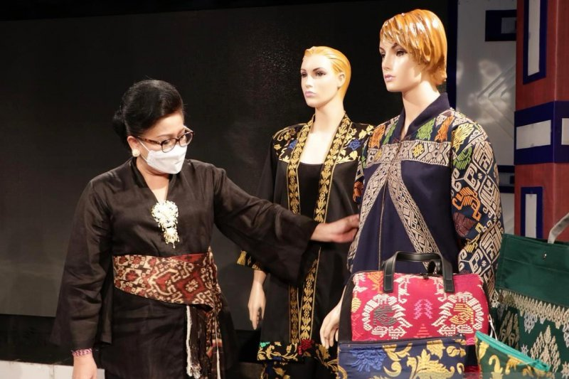 Dekranasda Bali ajak masyarakat kenakan kain tenun tradisional asli