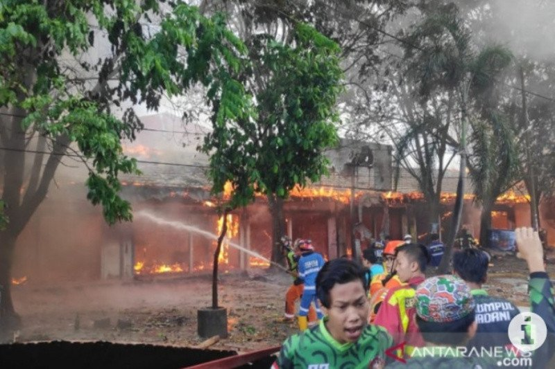 Pasar Bauntung Banjarbaru lama terbakar akibatkan puluhan kios hangus