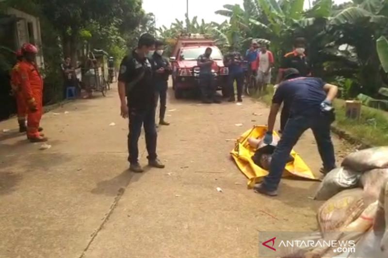 Petugas Damkar evakuasi jasad laki-laki di Kali Pesanggrahan