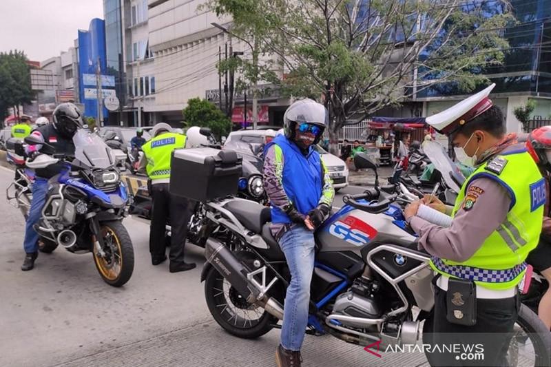 Polisi tilang moge terobos jalur TransJakarta di Jalan Hasyim Asyhari