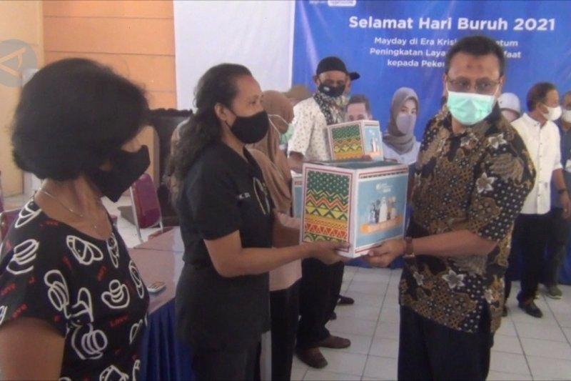 BPJamsostek berikan paket sembako kepada para buruh di Ambon