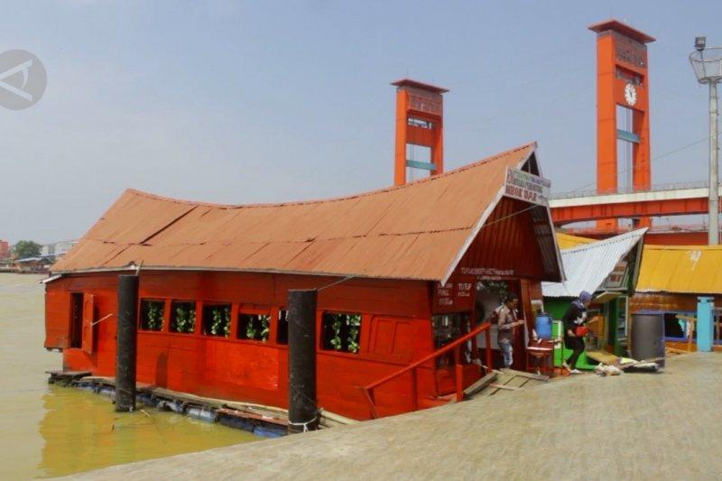 Sensasi menikmati pindang ikan di warung terapung Sungai Musi