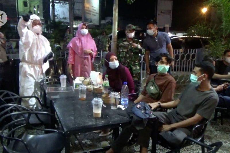 Melihat razia prokes pengunjung kafe di Lhokseumawe