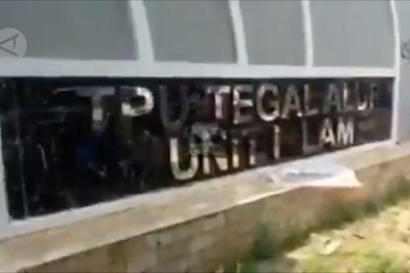 Peziarah paksa masuk TPU Tegal Alur Jakarta Barat