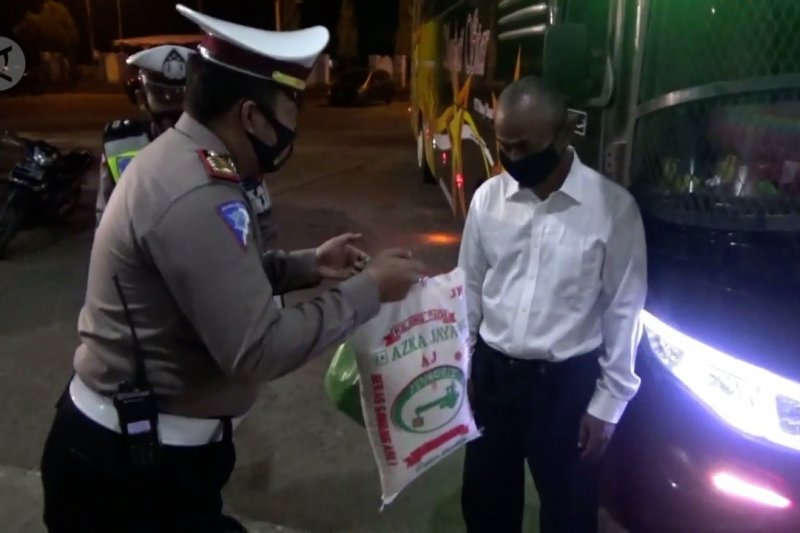 Polres Lhokseumawe bagikan sembako pada sopir bus