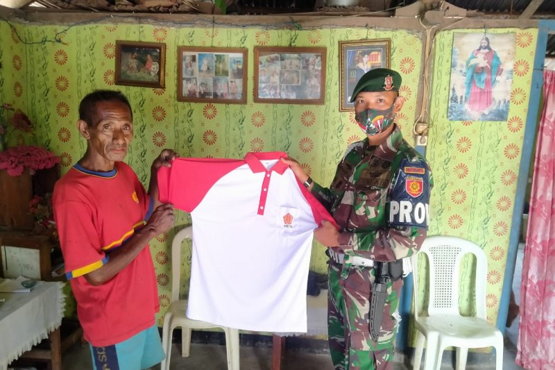 Satgas Pamtas RI-Timor Leste bagi kaos Merah-Putih di Hari Pancasila