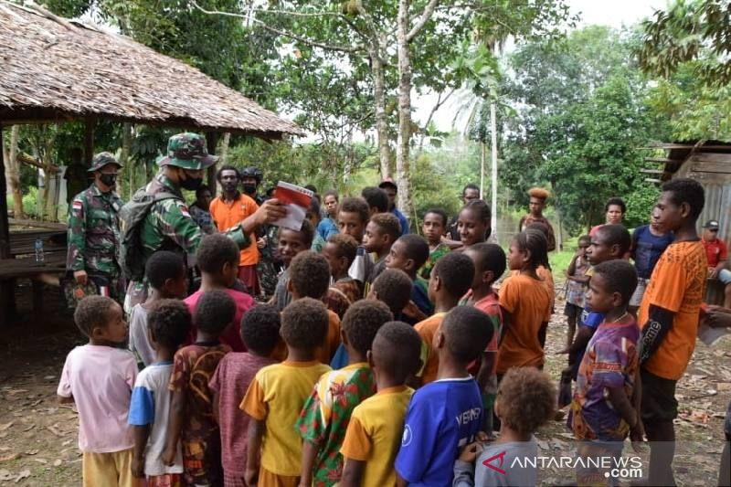 "Satgas TNI bagikan buku ""Aku Bangga NKRI"" kepada anak-anak di Asiki Papua"