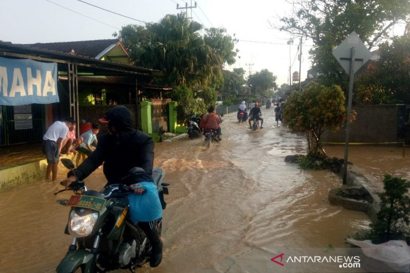 Tanggul jebol, 500 rumah di Solokan Jeruk Bandung terendam banjir